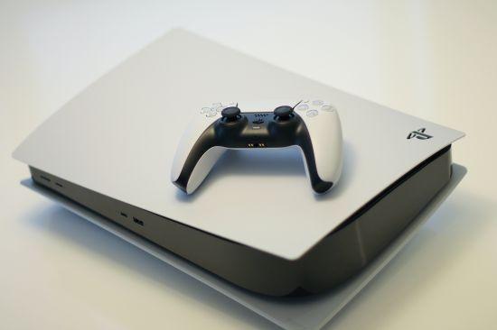 Playstation 5 s ovladačem