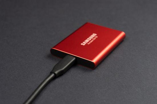 Samsung Portable SSD T5 a USB-C kabel