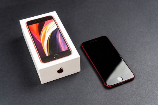 Apple iPhone SE 2020 a zavřená krabička
