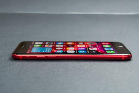 Boční pohled na Apple iPhone SE 2020